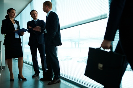 talking businessman: Tres socios interactuar en la Oficina Foto de archivo