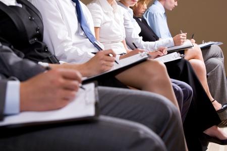curso de capacitacion: Close-up de gente de negocios haciendo notas o escribir el plan de negocio en Conferencia Foto de archivo