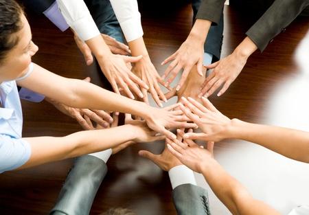 lideres: Imagen conceptual de personas mantener sus manos cerca a cada uno de los otros