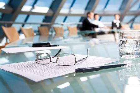 conferencia de negocios: Imagen de varios objetos de mentir sobre la mesa en la sala de conferencias  Foto de archivo