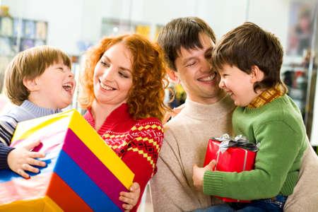 Imagen de padres felices celebrando a sus hijos riendo y mirando con sonrisas Foto de archivo - 8508177