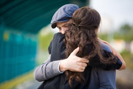 pareja abrazada: Foto de la ni�a bonita y su novio abrazando durante ver fuera de