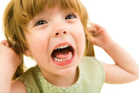 personne en colere: Image de la jeune fille criant sur un fond blanc