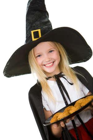 ni�os contentos: Chica en disfraz de halloween con bandeja con aperitivos