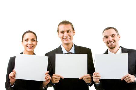 Fila de asociados de negocios feliz celebración de documentos en blanco y mirando la cámara Foto de archivo