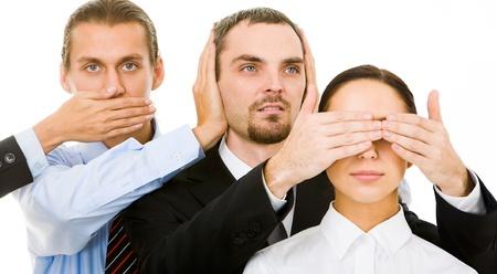eyes closing: Imagen de cerrar los ojos, boca y o�dos de la otra de asociados de negocios