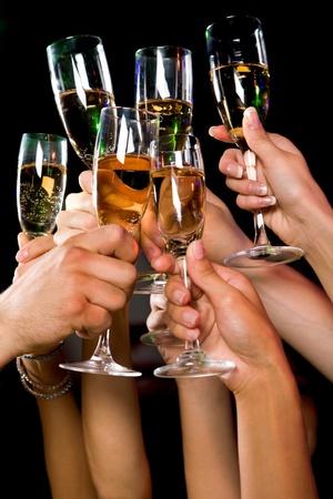 brindisi champagne: Close-up di persone di buona allegria