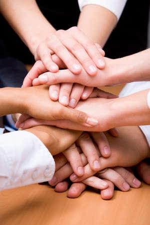 compa�erismo: Imagen de asociados de negocios de manos en la parte superior de la otra que simboliza el compa�erismo y la unidad Foto de archivo