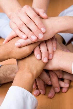 resistencia: Imagen de asociados de negocios de manos en la parte superior de la otra
