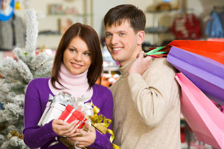 christmas shopper: Portrait of husband and wife during shopping before Christmas