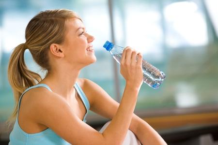 botella de plastico: Perfil de hermosa mujer va a beber agua de botella de pl�stico despu�s de entrenamiento
