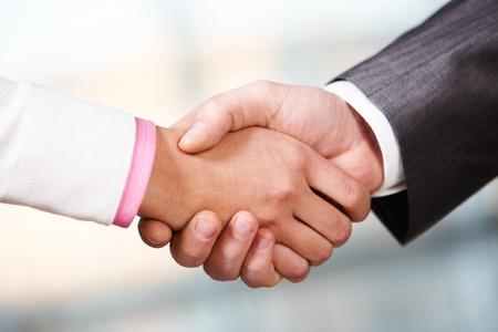 apreton de manos: Imagen del apret�n de manos de socios despu�s de firmar contrato Foto de archivo