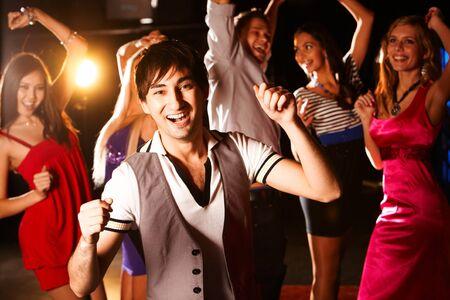 bailarina: Retrato de bailarina en�rgica sobre fondo de amigos felices que se divierten