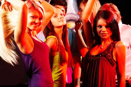 chicas bailando: Grupo de moda chicas bailando en el club nocturno Foto de archivo