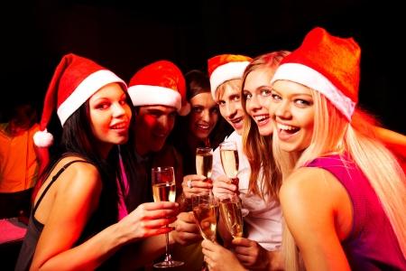 fiesta amigos: Retrato de los j�venes modernos disfrutando en la fiesta de Navidad