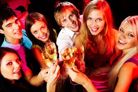 fiesta amigos: Por encima de �ngulo del grupo de amigos disfrutando en fiesta