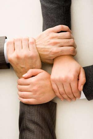 integrit�: Immagine di mani incrociate sul posto di lavoro