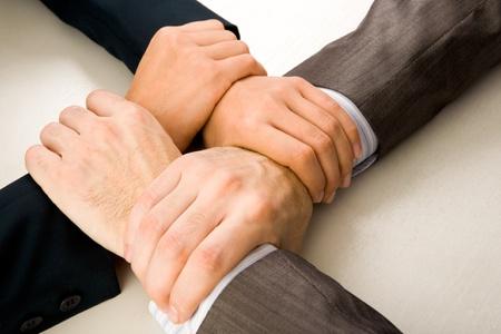 solidaridad: Imagen de manos cruzadas de asociados de negocios
