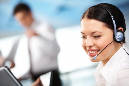 telecomm: Retrato de mujer Ejecutiva en auriculares sonriente durante la comunicaci�n