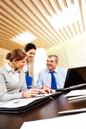 personas comunicandose: Grupo de negocio amistosa sentado en el escritorio en la Oficina y la planificaci�n de trabajo