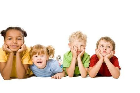 rows: Portret van vier kinderen liggend in een lijn en plezier Stockfoto