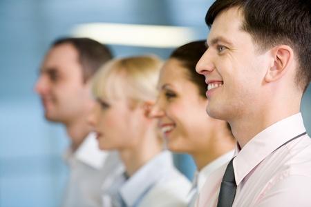 rostro mujer perfil: Imagen de permanente de grupo de negocios en l�nea con el guapo l�der delante
