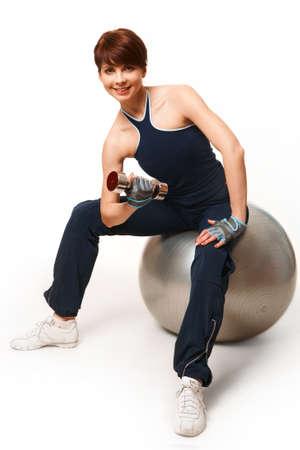 Image de la femme sportive faire exercice avec haltères et souriant à la caméra Banque d'images - 9164061
