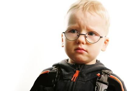 fantasque: Portrait de petit gar?on avec expression arbitraire sur fond blanc