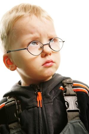 fantasque: Portrait de petit gar�on avec expression arbitraire sur fond blanc