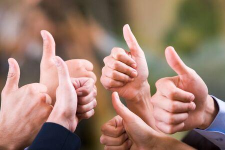 thumbs up group: Mani umane che mostra il segno di va bene
