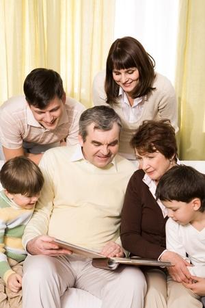abuelos: Retrato de senior y j�venes parejas con sus hijos mirando fotos de familia Foto de archivo
