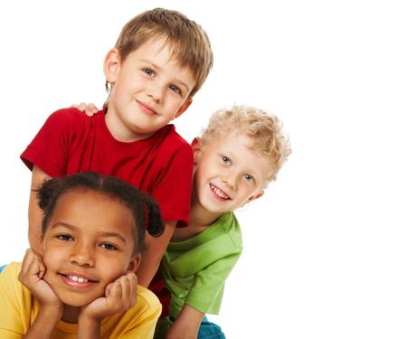 trois enfants: Portrait de trois enfants regardant la cam�ra sur fond blanc
