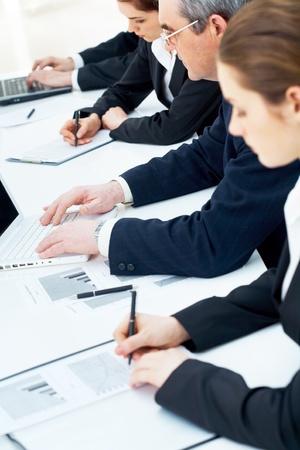 curso de formacion: Imagen vertical de primer plano de manos de personas durante el trabajo en l�nea