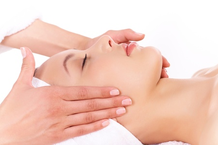 masajes faciales: Cara de mujer calma durante el procedimiento de masaje facial