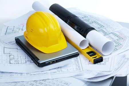 herramientas de mec�nica: Imagen de casco, planos, port�til y herramientas mec�nicas en el lugar de trabajo