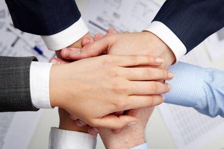 compa�erismo: Imagen de asociados de negocios de manos por encima de otros que simboliza la unidad y la compa��a Foto de archivo
