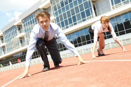 business rival: Gente de negocios seguros prepar�ndose para la carrera