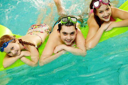 niñas en bikini: Foto de amigos felices divertirse en la piscina