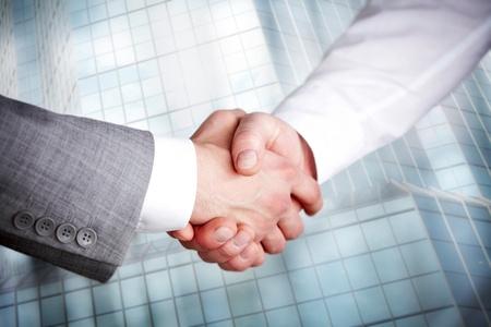 mani che si stringono: Immagine di handshaking business partner Archivio Fotografico