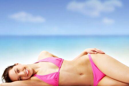 sunbath: Een jong meisje zonnebaden op het strand Stockfoto