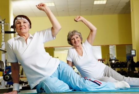 haciendo ejercicio: Retrato de mujeres deportivas haciendo f�sica ejercer en el gimnasio de deporte