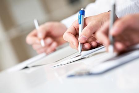 Imagen de la fila de personas manos escrito en documentos en seminario