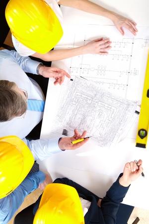 discutere: Ritratto di gruppo operaio pianificazione di un progetto di casa
