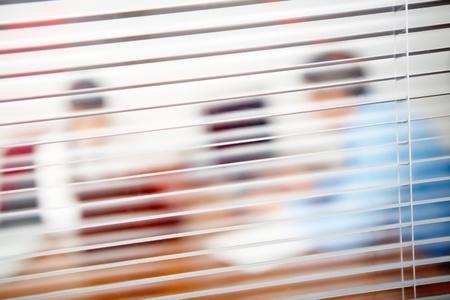 window shade: Imagen de persianas en la Oficina y siluetas detr�s de ellos