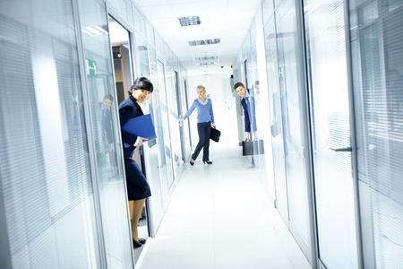 couloirs: Couloir de bureau et de personnes regardant des chambres