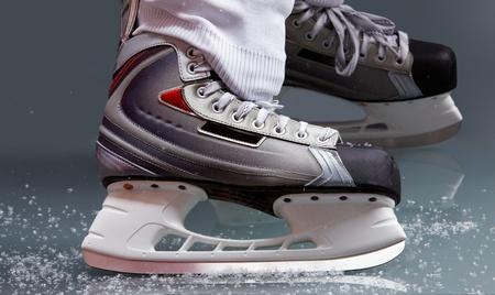 patinaje sobre hielo: Primer plano de patines en pies de jugador en hockey sobre hielo