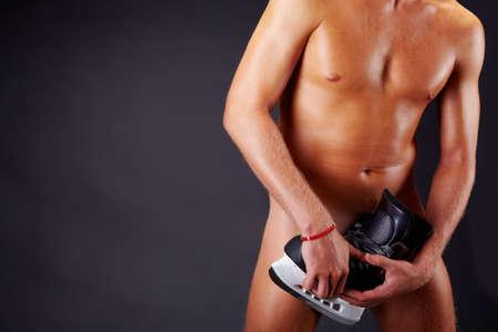 hombre desnudo: Imagen de un hombre desnudo con skate aisladas sobre fondo negro