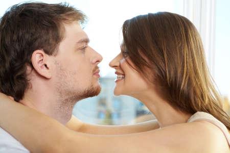 La mitad caras de hombre y mujer mirando mutuamente  Foto de archivo - 9353346