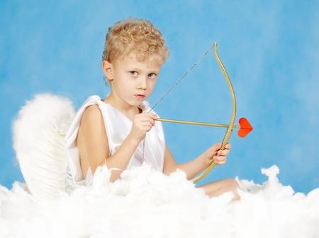 heartbreaker: Retrato de poco Cupido masculino con arco