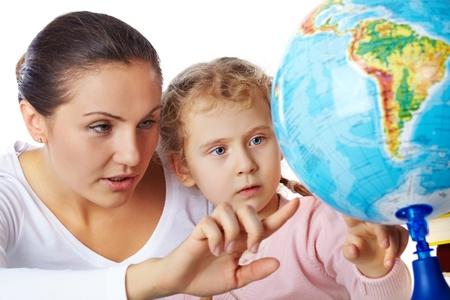 maestra ense�ando: Una madre que muestra un globo a su peque�a hija